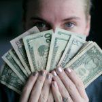お金を持っている男