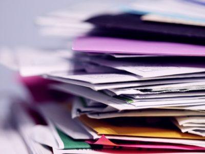 書類山積み