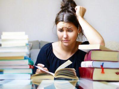 集中して本を読んでいる人